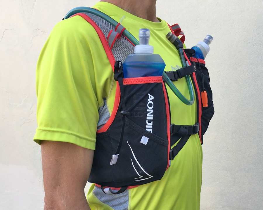 Aonijie Withwind 5L hydration vest worn front right side