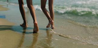 earthing beach water sand runners couple pair grounding ira-kovtun-unsplash t38